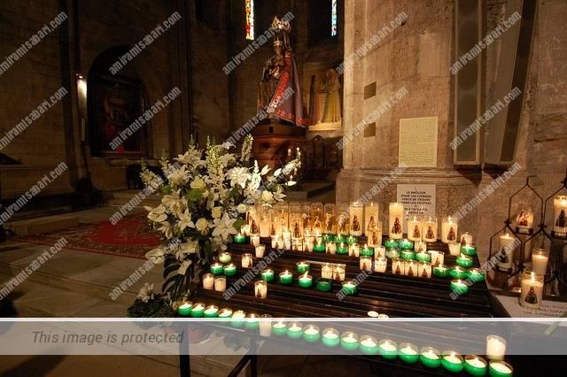 נרות הדונג הירוקים המשמשים בכנסייה כל ימות השנה Acor-Cannes ©