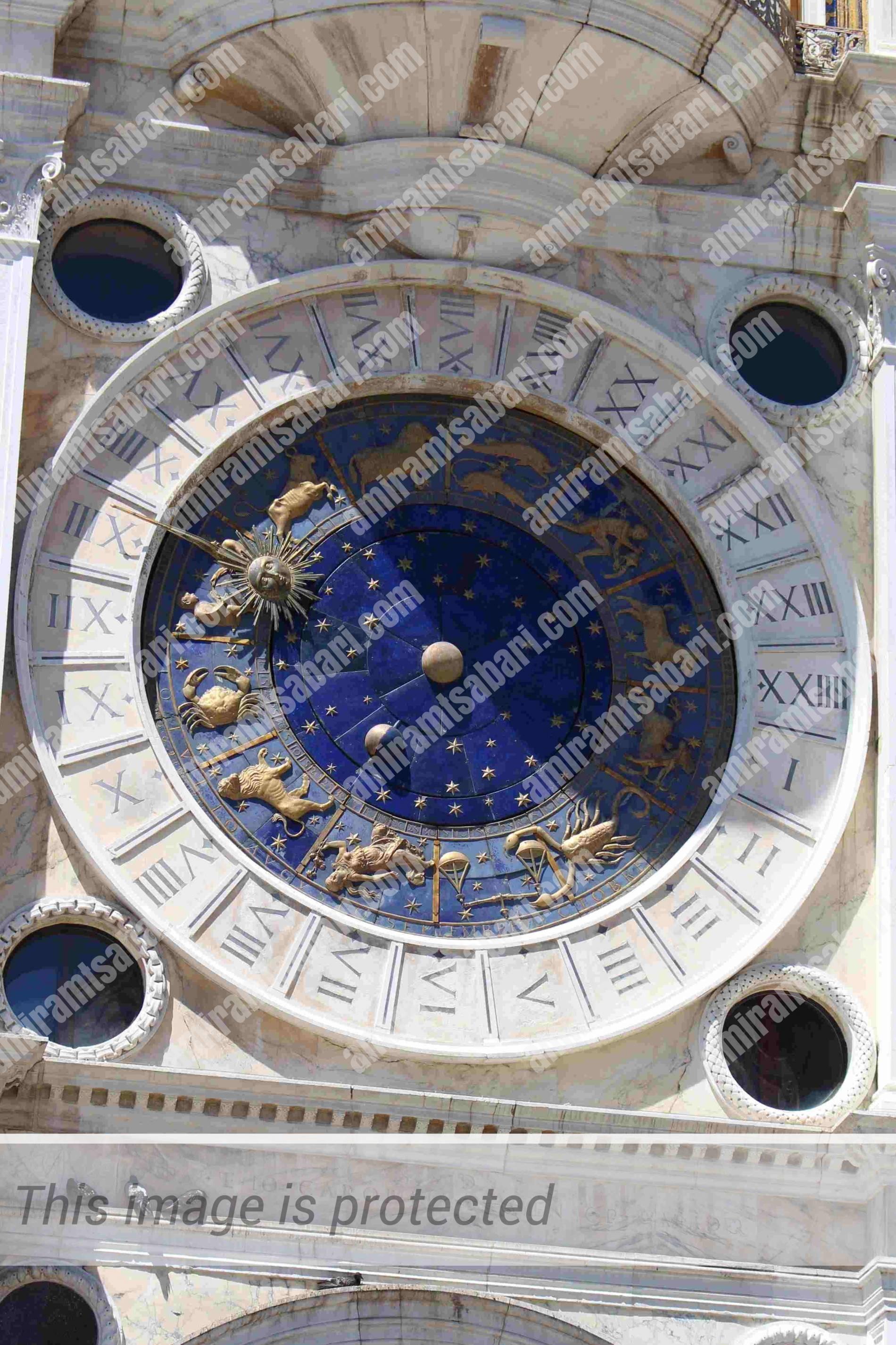 השעון מציג את השעה מופע הירח, והמזל הדומיננטי על גלגל המזלות