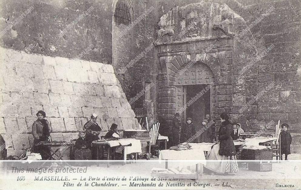 ממכר נרות ועוגיות נאבט בשער הכניסה למנזר סן ויקטור - גלויה 1920