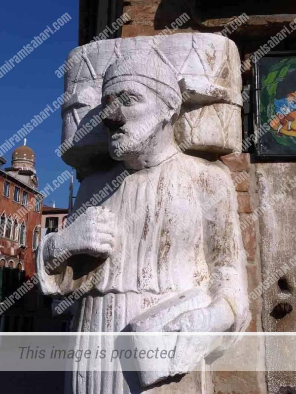"""סיניור אנטוניו ריובה הפסל המדבר, אפו ניזוק בהפצצות מלה""""ע והוחלף באף ברזל. האגדה מספרת שהמזל מאיר פנים למי שמשפשף את האף"""