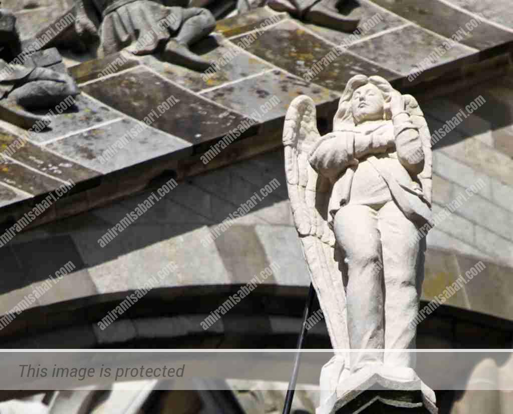 מלאך משוחח בטלפון סלולארי