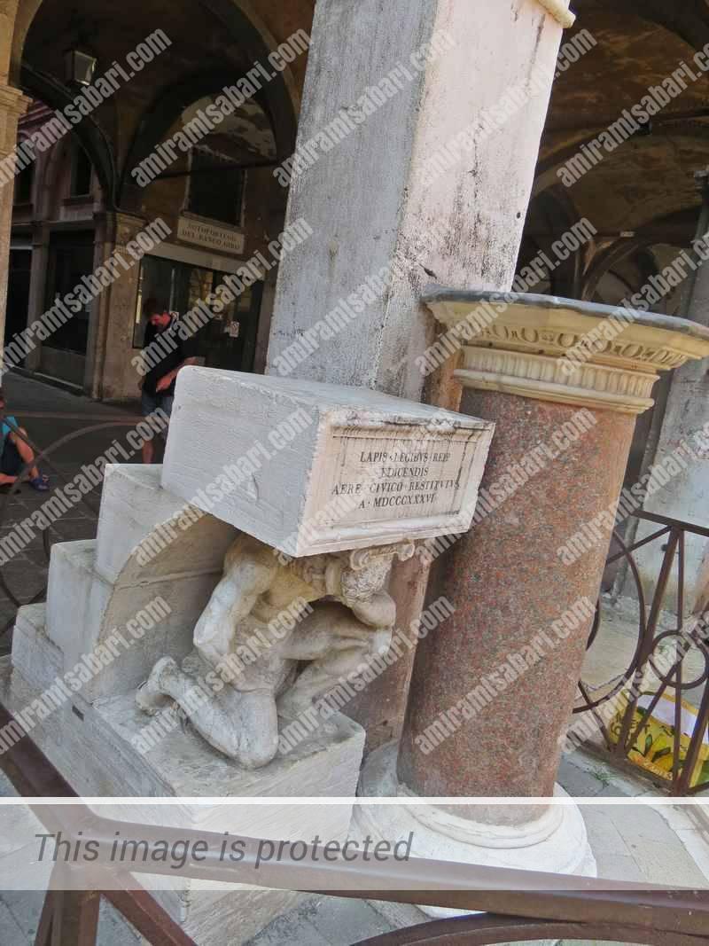 הגיבן של הריאלטו נושא על כתפיו את הדוכן וגרם המדרגות.