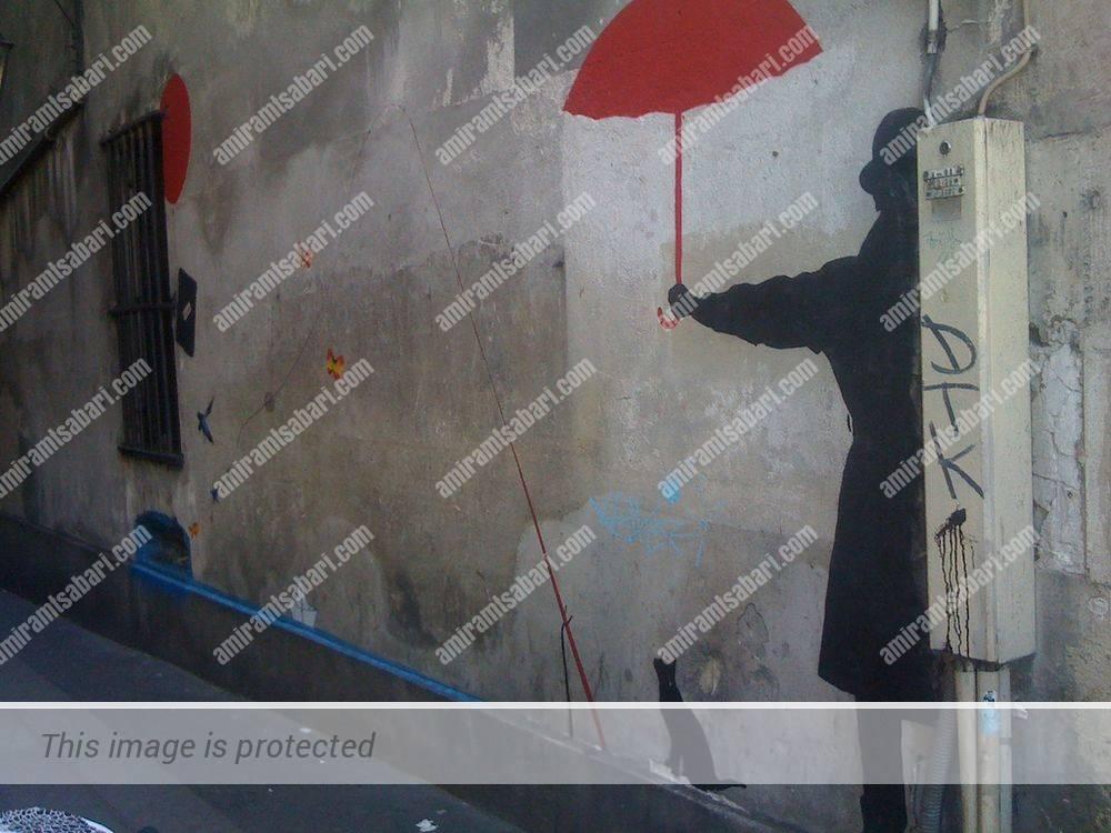 ציור הקיר בסמטת החתול שצד דגים. כאן מוצג החתול עם חכה