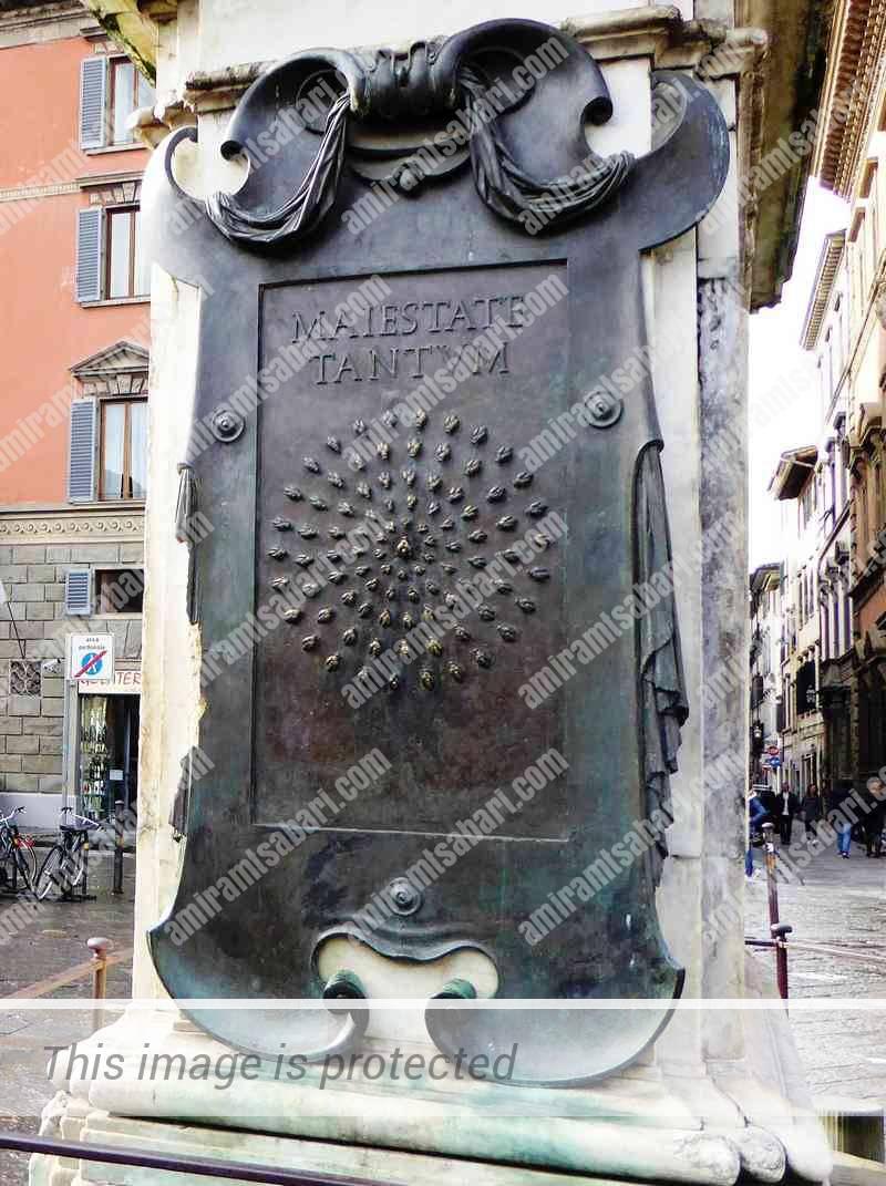לוח הברונזה ה - Maiestate Tantum על פסל הפרש