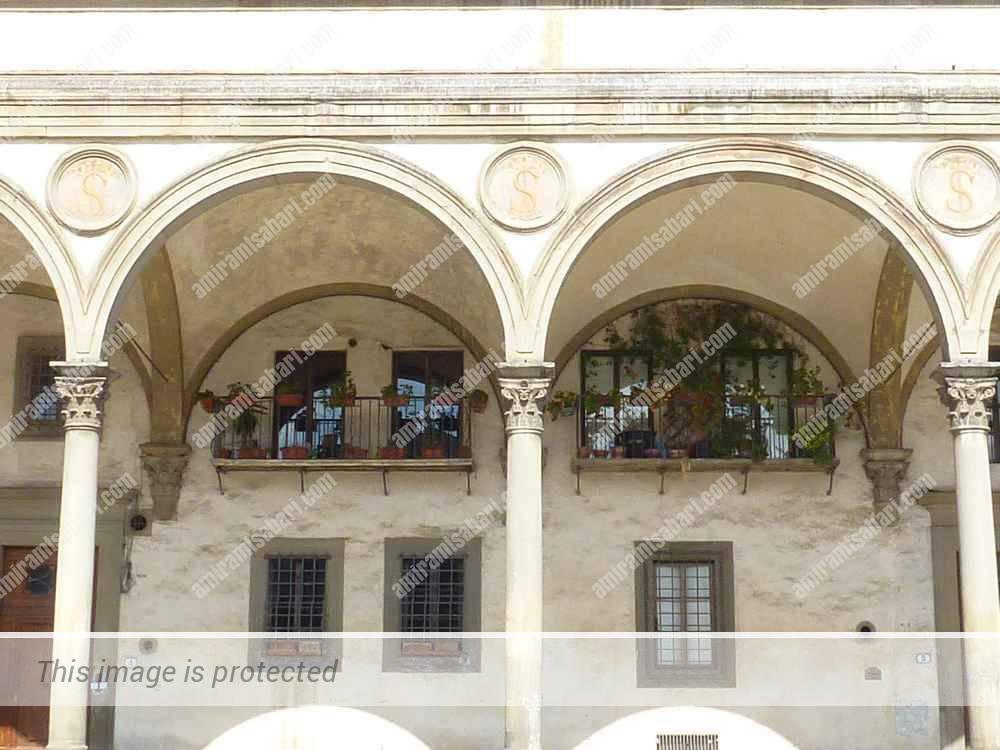 ה Loggia dei Servi di Maria משמשת כיום כמלון. האות S מציינת את המסדר הסרוויטי.