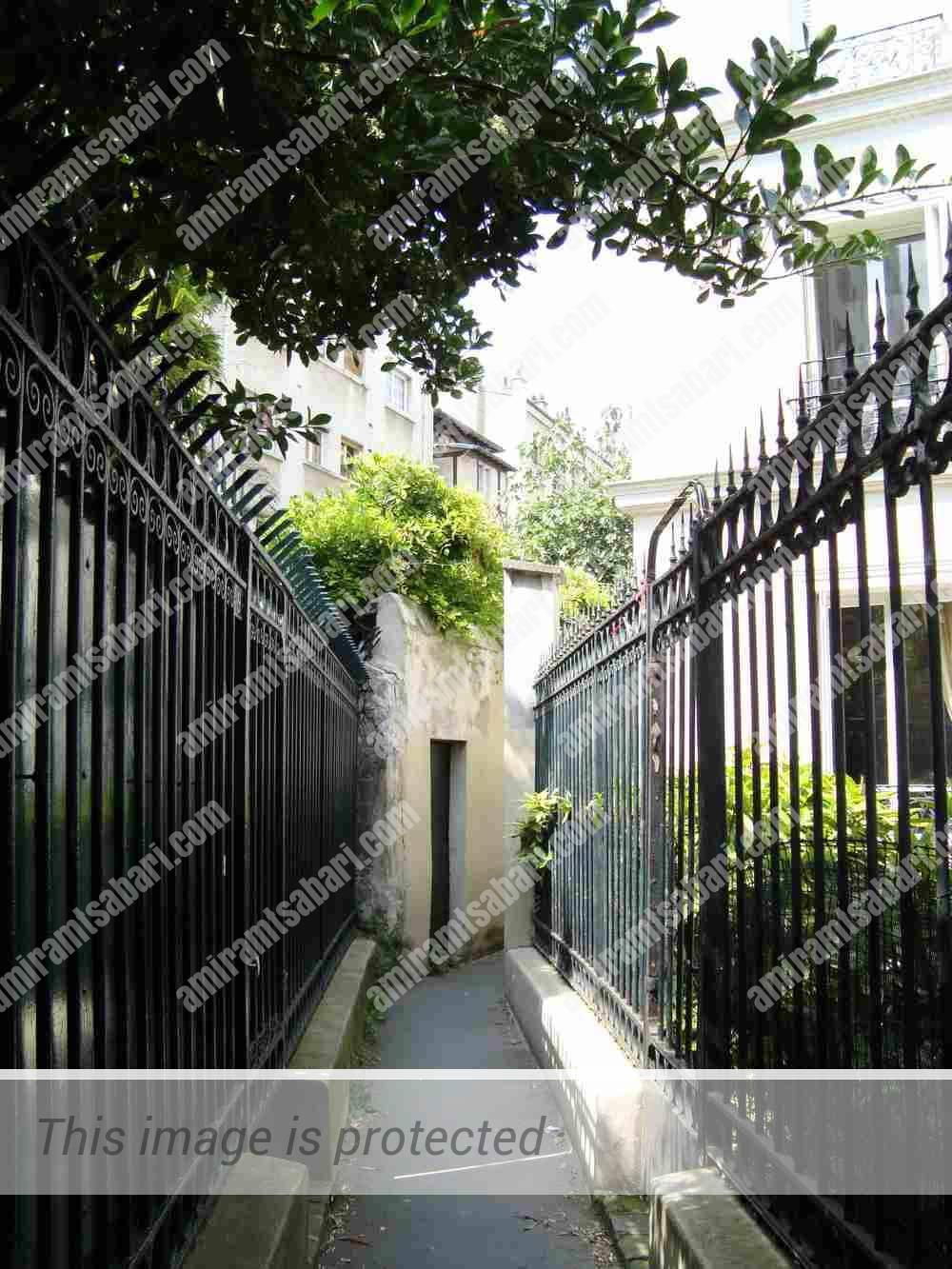 רחוב Sentier des Merisiers שברובע ה-12. מתחרה מכובד לתואר הרחוב הצר בפריז.