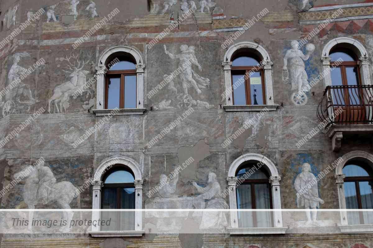 ציורי הקיר המרהיבים בחזית הקזה רלה.