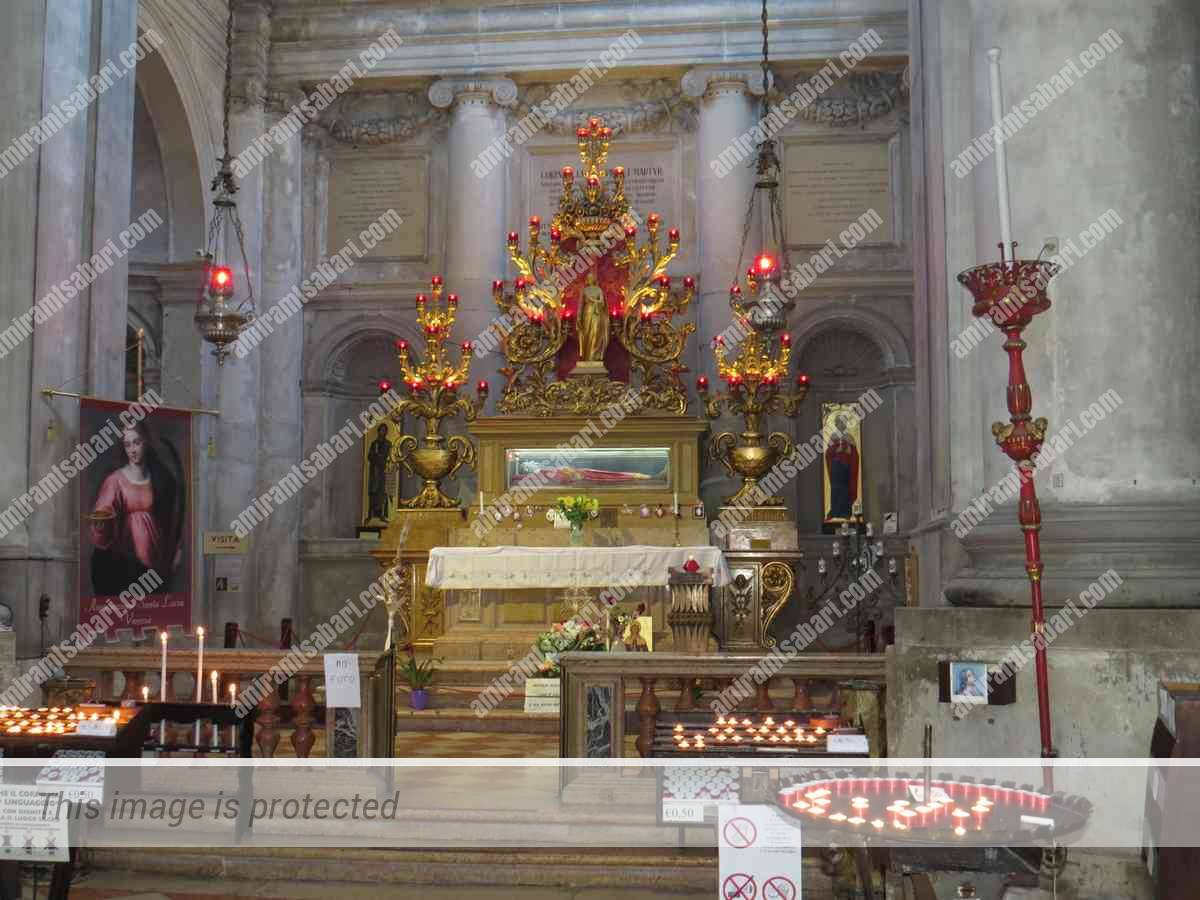 הקפלה עם תיבת הזכוכית בה שוכנים שרידיה של לוצ'יה.