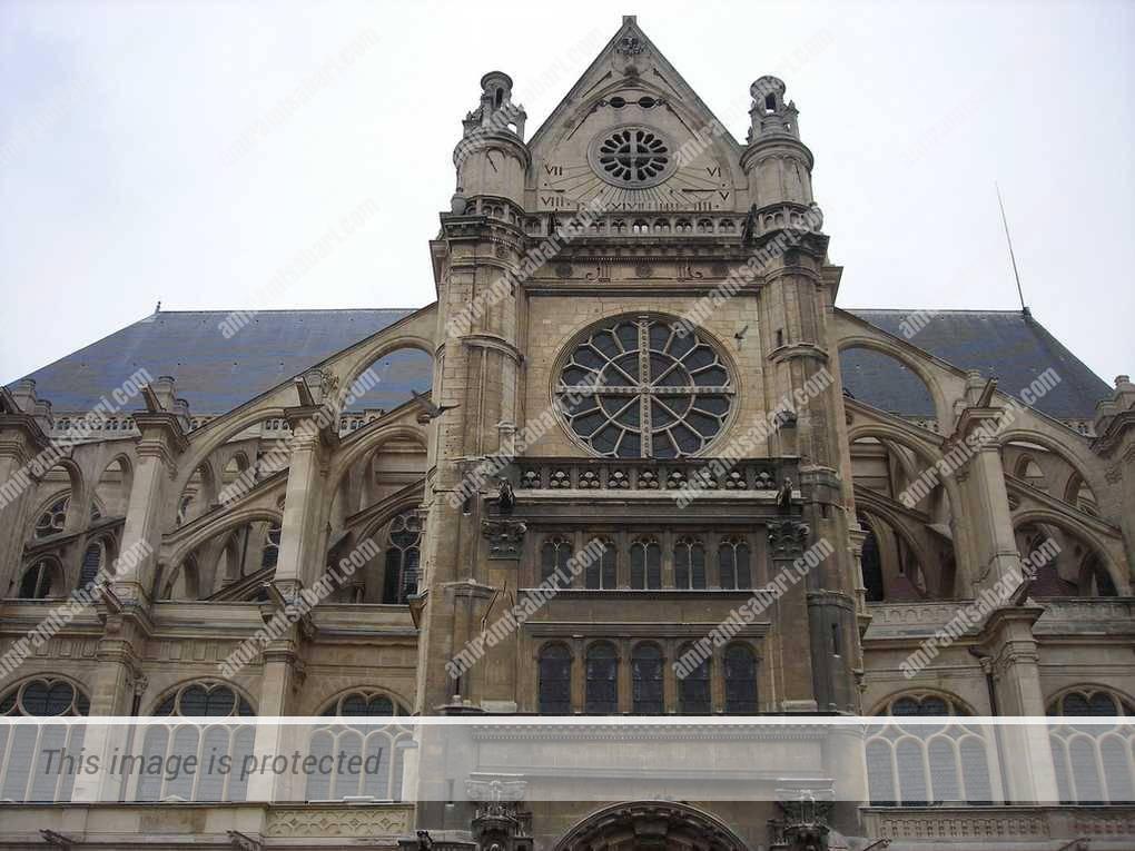 התומכות הדואות בחזית הגותית של כנסיית סנט אוסטאש.