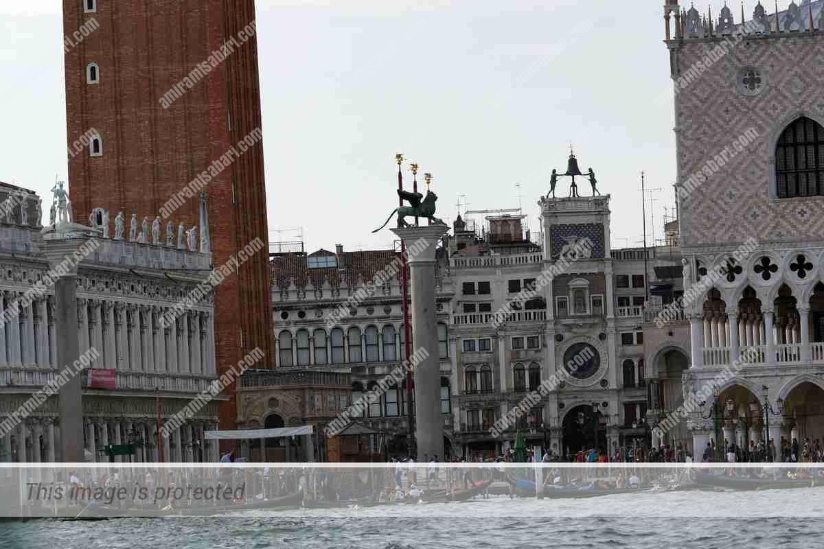 פיאצטה סן מרקו בין שני העמודים המקום בו בוצעו ההוצאות להורג בונציה.