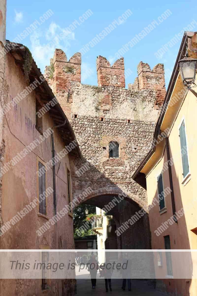 שרידי החומה העתיקה בסמטאות בורגטו.