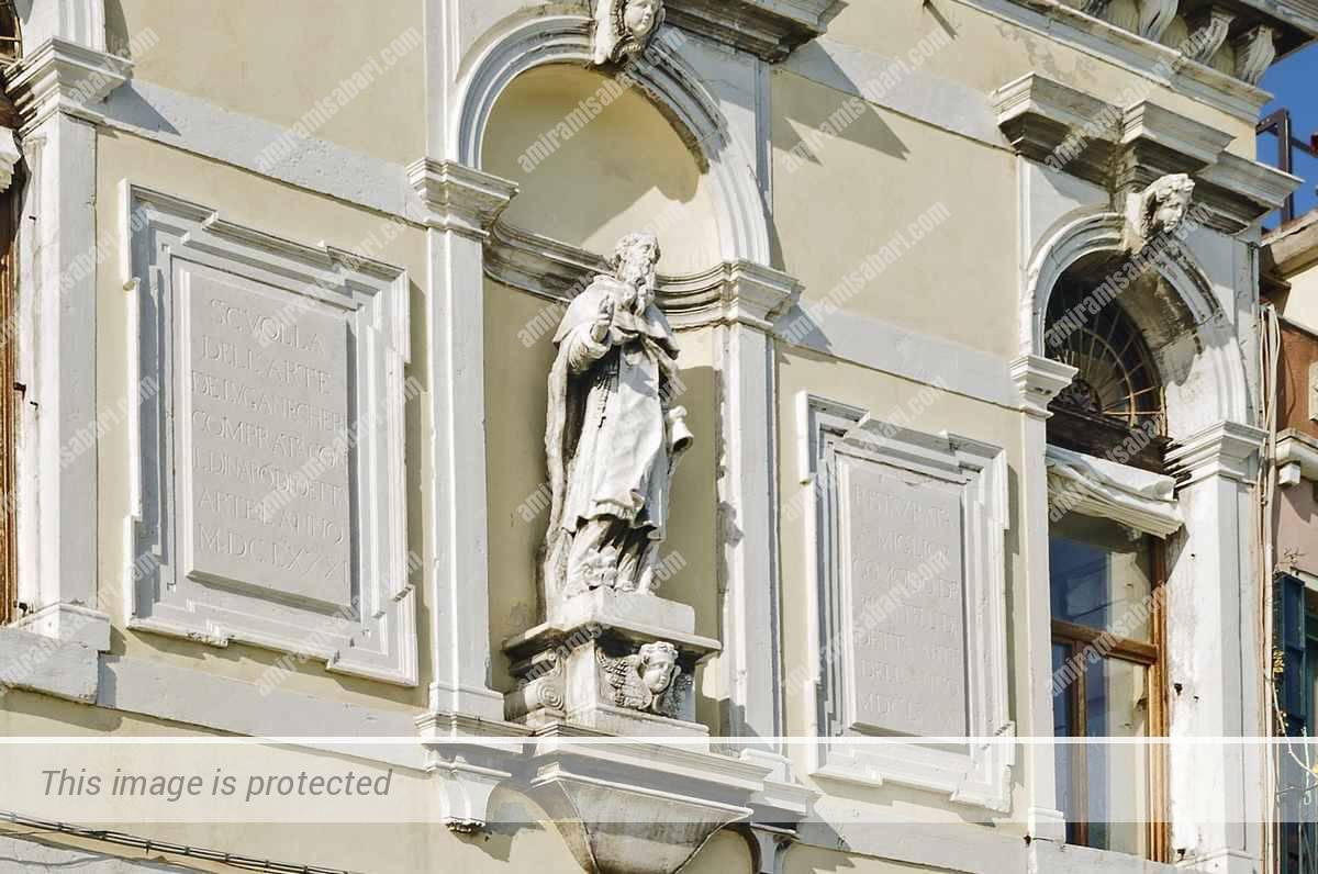 בקומה העליונה גומחה ובה פסלו של אנטוניוס הגדול פטרונה של הגילדה.