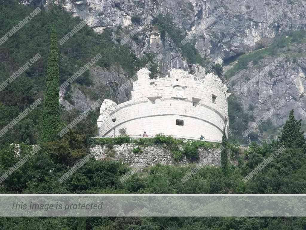 מבצר הבסטיונה החולש על ריבה מן המונטה רוקטה.