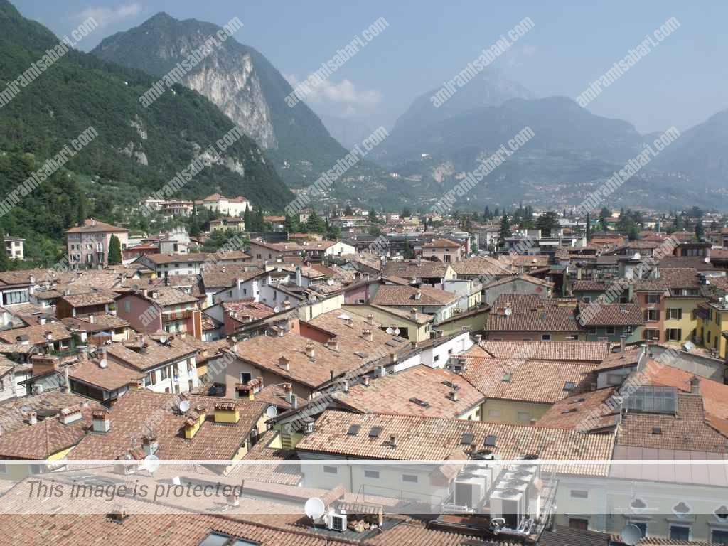 ריבה דל גארדה - עיירה למרגלות ההרים.