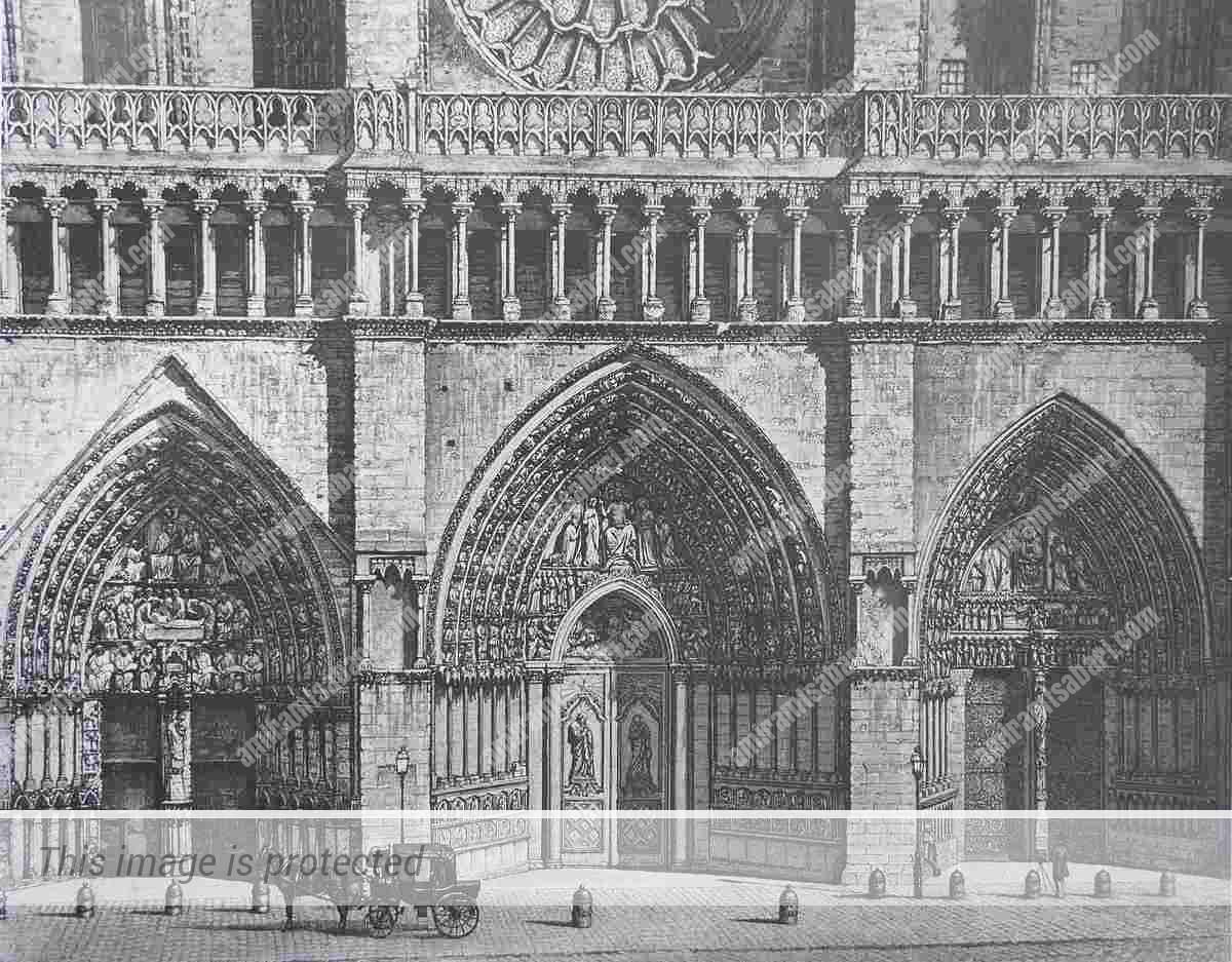 חזית הקתדרלה לפני עבודות השחזור. דלתות השער המרכזי מופיעות ללא פרזול.