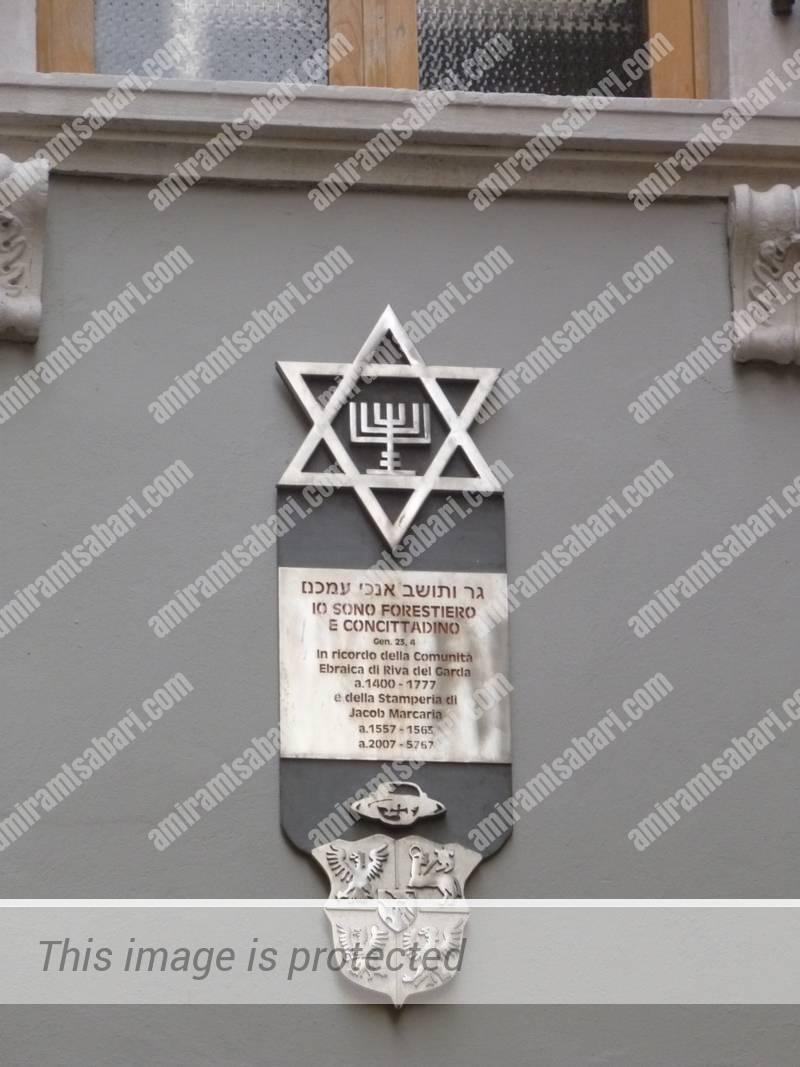 שלט ההנצחה ליעקב מרקריה והקהילה היהודית של ריבה דל גארדה.