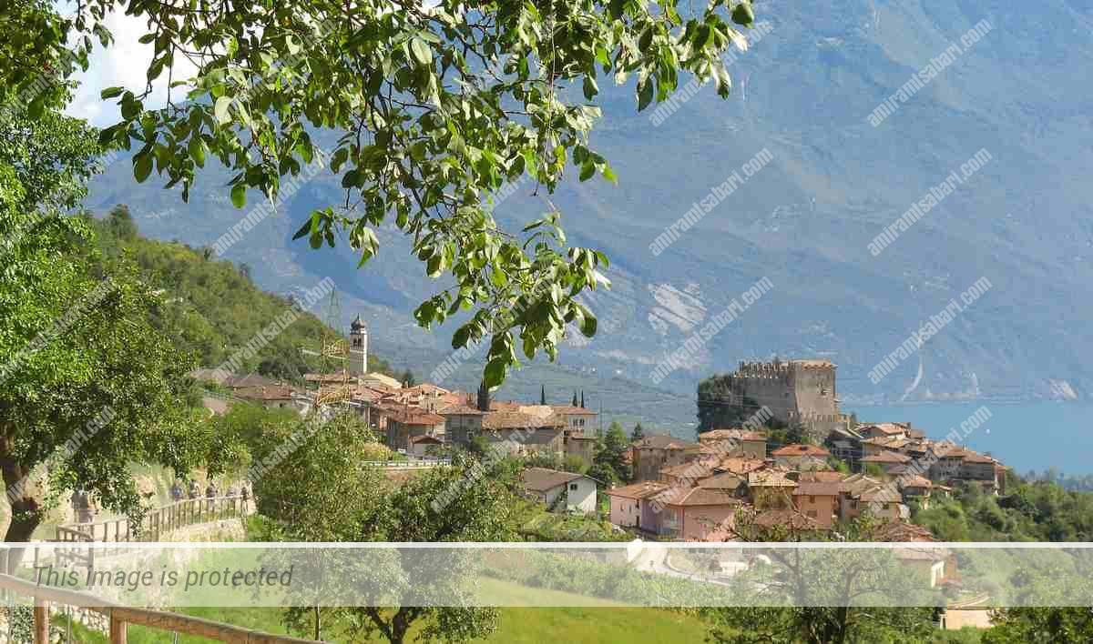 מבצר טנו חולש על הכפר.