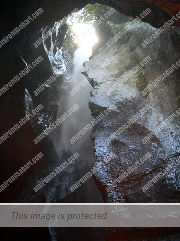 מפל וארונה המרהיב שמקורו באגם טנו.