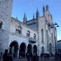 קומו: הפגאנים הקדושים בחזית הקתדרלה