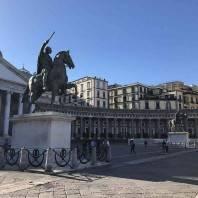 נאפולי: פיאצה דל פלבישיטו, שני פסלי פרש ואתגר אחד משעשע